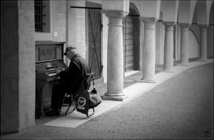 piano-player-484805_640