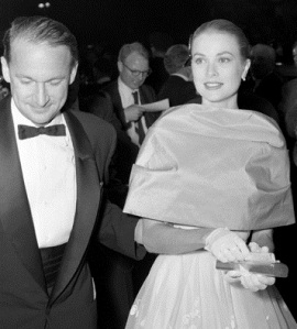 Grace_Kelly_arriving_at_the_28th_annual_Academy_Awards2,_1956